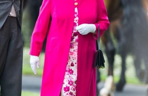Nữ hoàng Anh sang trọng với áo khoác dạ nữ cao cấp ở tuổi 90