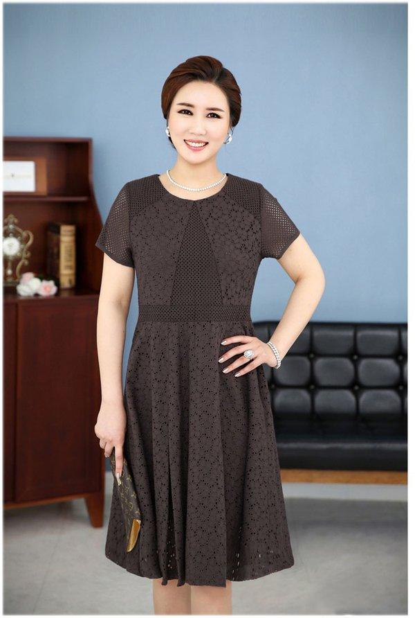 Đầm xòe là một trong những gợi ý đầm công sở dành cho người trung niên mà bạn đừng nên bỏ qua.