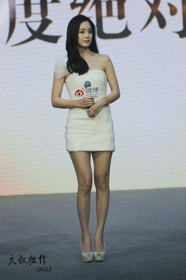 Vẻ đẹp trẻ trung bất chấp thời gian của Kim Tae Hee trong chiếc váy đầm dự tiệc sang trọng.