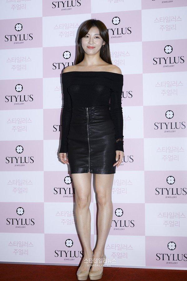 """Váy đầm dự tiệc trung niên khéo léo che phần cơ bắp của """"đả nữ"""" Ha Ji Won"""