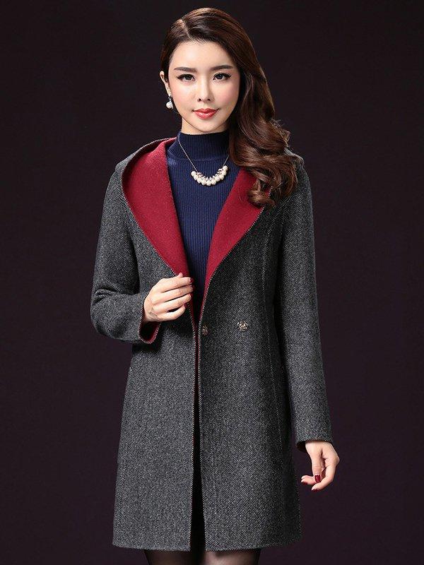Phụ nữ trung niên có thể chọn cho mình chiếc áo khoác dạ có mũ phù hợp