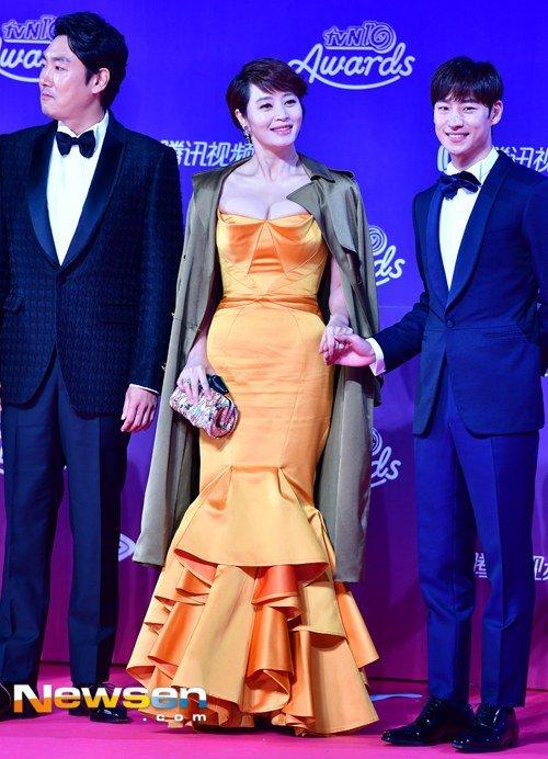 Kim Hye Soo diện chiếc váy đầm dự tiệc cho tuổi trung niên màu vàng dáng đuôi cá đầy sexy, quyến rũ