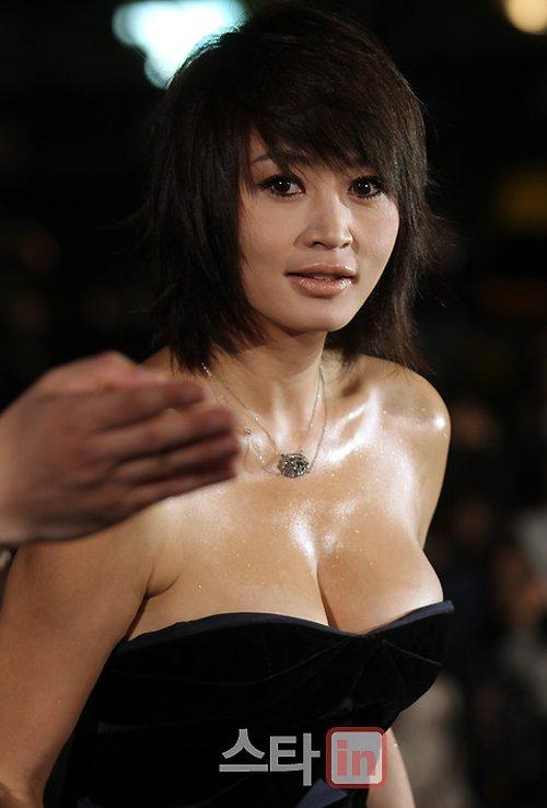 Chiếc váy đầm dự tiệc cúp ngực khéo léo khoe vóc dáng quyến rũ và vòng một gợi cảm cho Kim Hye Soo.