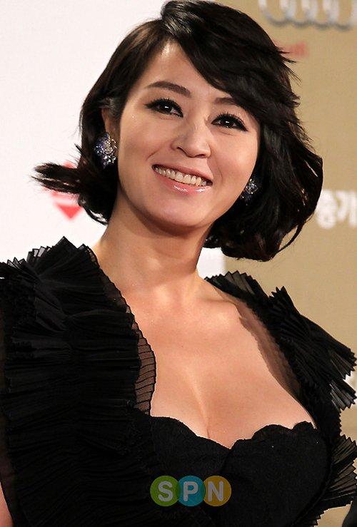 Kim Hye Soo luôn biết cách khoe thân hình quyến rũ và gợi cảm của mình qua những chiếc váy đầm dự tiệc cho tuổi trung niên.