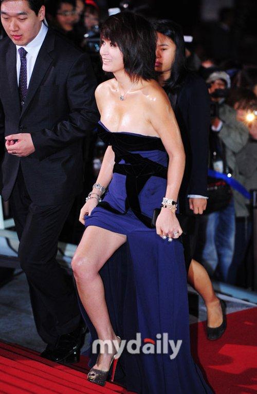 Những chiếc đầm quây ngực luôn được nữ diễn viên u40 ưu ái khi xuất hiện trên thảm đỏ đầy cuốn hút.