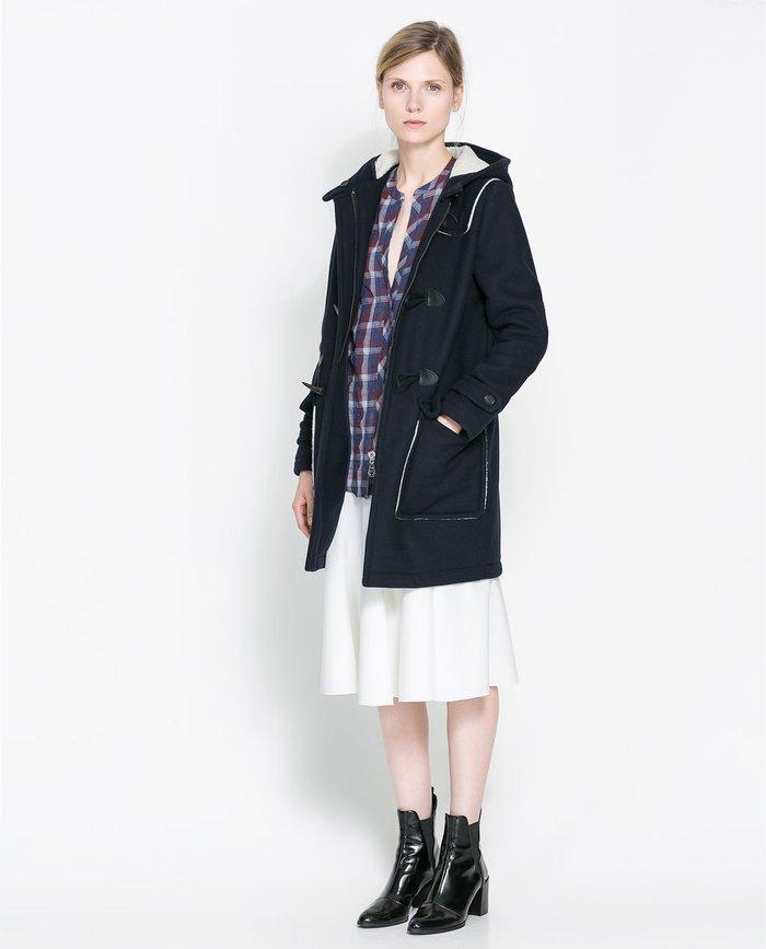 Sự kết hợp áo khoác dạ khuy gỗ với chân váy và áo sơ mi rất phù hợp
