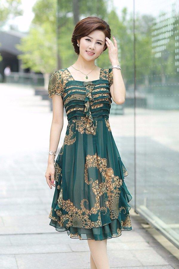 Gam màu xanh lá đậm nhẹ nhàng, tinh tế thể hiện phong cách riêng đầy cuốn hút
