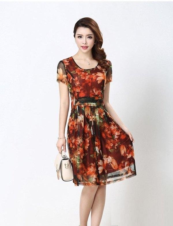 Phần thiết kế chiều dài váy chạm gối tôn lên nét đẹp trẻ trung cho quý cô, quý bà