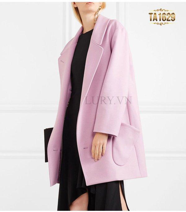 Áo khoác dạ dáng rộng là thiết kế áo khoác tuổi 50 hoàn toàn thích hợp cho phụ nữ tuổi trung niên